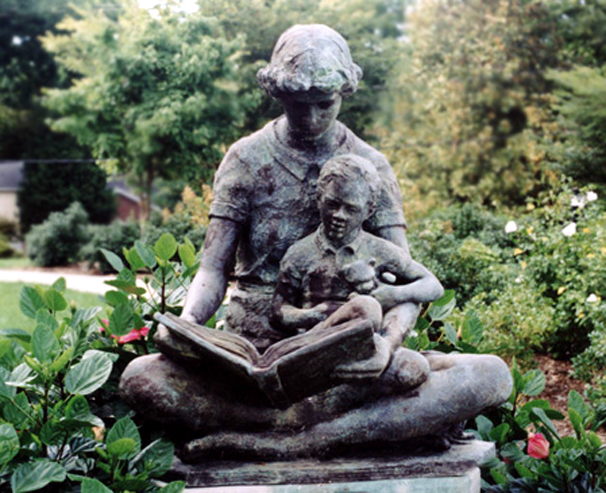 reading_with_child-statue_free-images-267030_9544.jpg