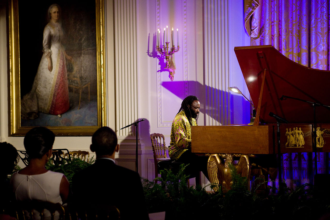 Michelle and Barack_Obama listening pianist Awadagin Pratt