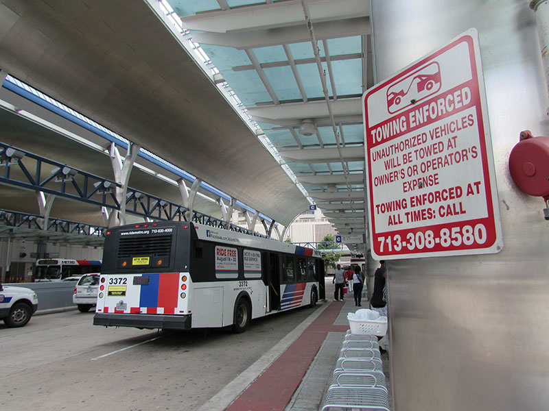 Metro-bus-waits-for-passengers-at--Downtown-Transit-Center-800px.jpg