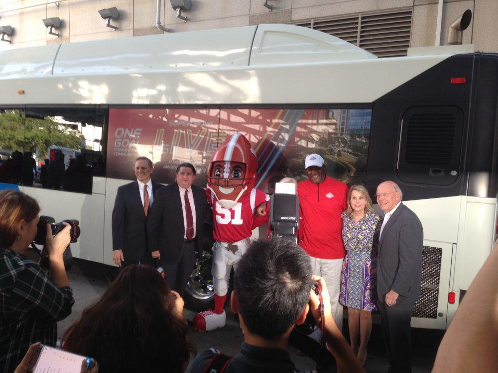 METRO officials and other executives related to organizing Super Bowl LI posed in front of one of the buses that will announce the event on its windows.
